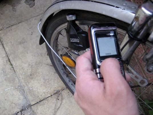 cellulare e bicicletta