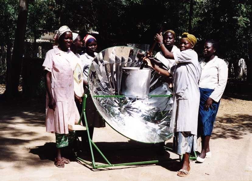 Donne africane mentre utilizzano la cucina solare