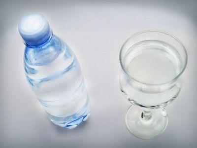 bottiglia di acqua minerale e bicchiere
