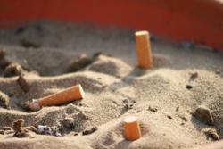sigarette_spente_nella_sabb