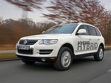 volkswagen_touareg_hybridfront_three_quarters_view
