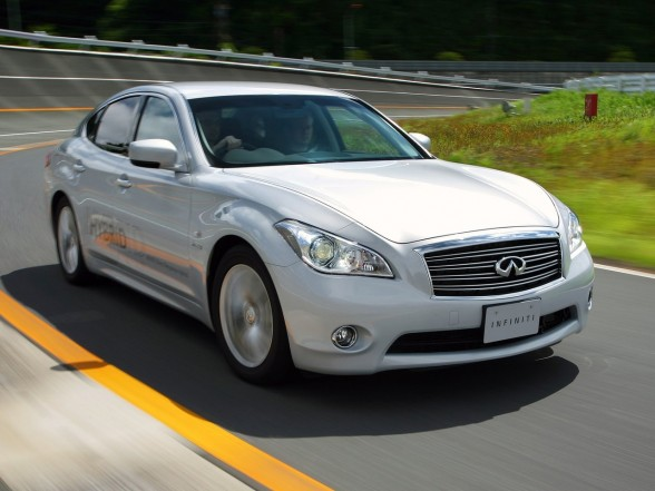 2011-Infiniti-M35h-Front-Side-View-588x441