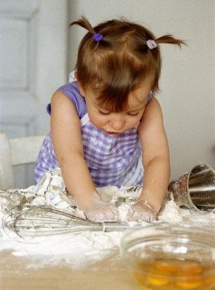 apprendimento-bambini-in-cucina-con-la-mamma