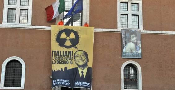 blitz_greenpeace_balcone_piazza_venezia