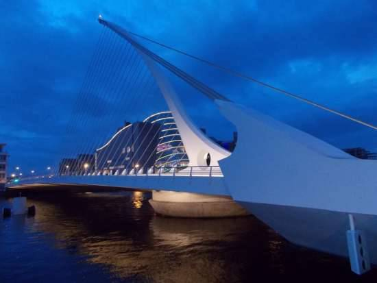 Vista serale del Samuel Beckett Bridge a Dublino