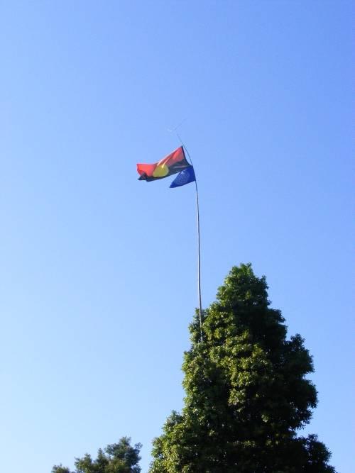 Bandiera aborigena sit-in contro Woolworths Mullumbimby