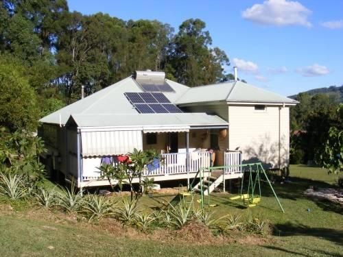 Queenslander casa tradizionale con pannelli fotovoltaici Mullumbimby