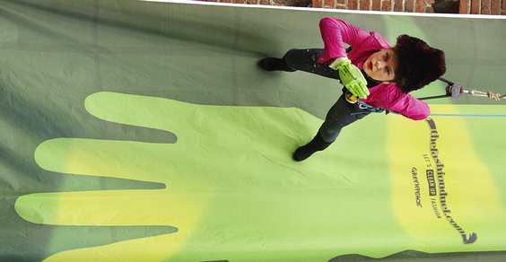 greenpeace sffilata verticale milano
