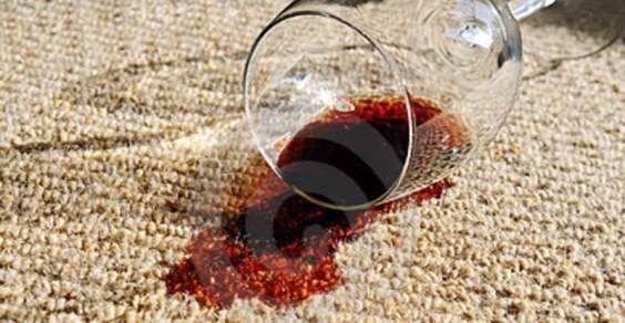 vino-rovesciato-su-moquette-17631890