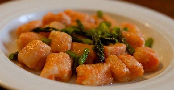 gnocchi di carote agli asparagi