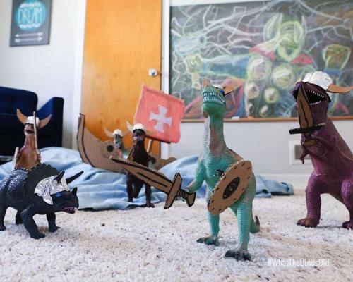 b2ap3_thumbnail_dinovember-dinosauri-giocattoli-prendono-vita-notte-bambini-04.jpg