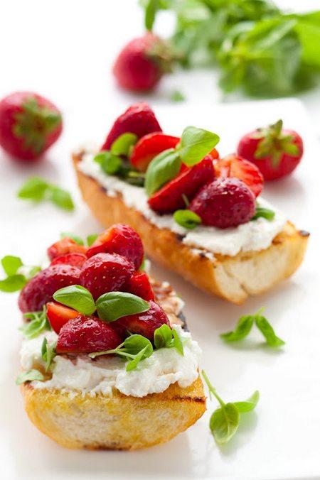 bruschette fragole e basilico