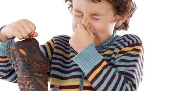 Perché i piedi puzzano? Come prevenire i cattivi odori in 10