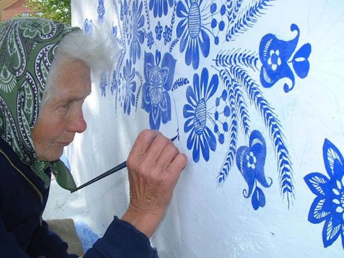 Disegni Sui Muri Di Casa la nonna artista che dipinge fiori sui muri del suo