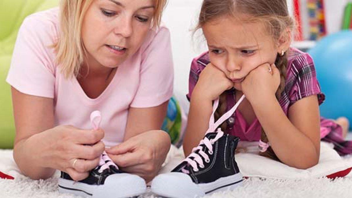 Insegnare ai bambini ad allacciarsi le scarpe: perché è