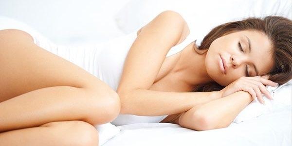 dormire sul fianco sinistro benefici