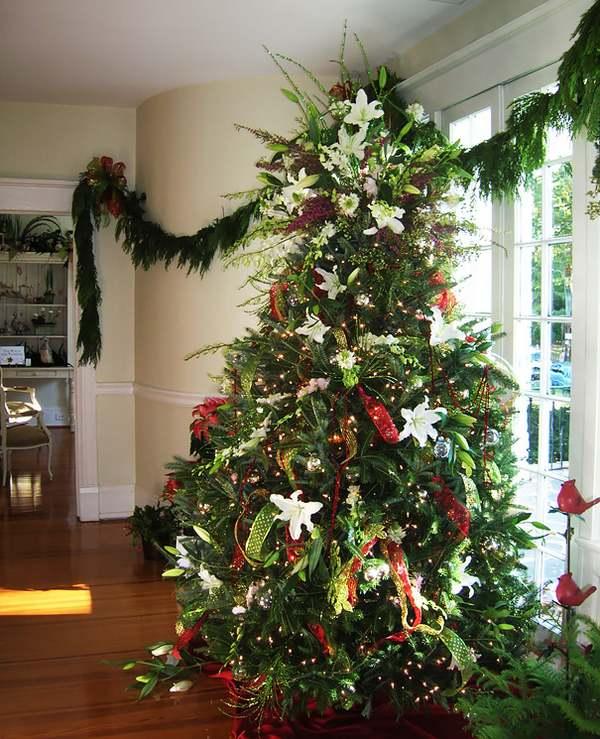 I meravigliosi alberi di Natale decorati con i fiori (FOTO