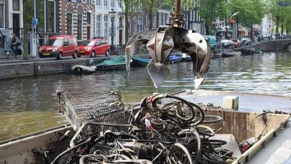 bicycle fishing amsterdam canals 32