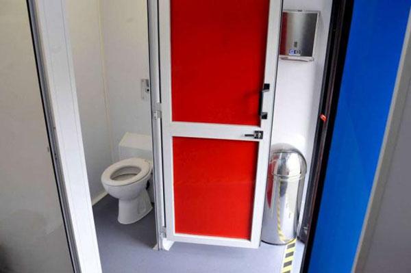 toilet bus1