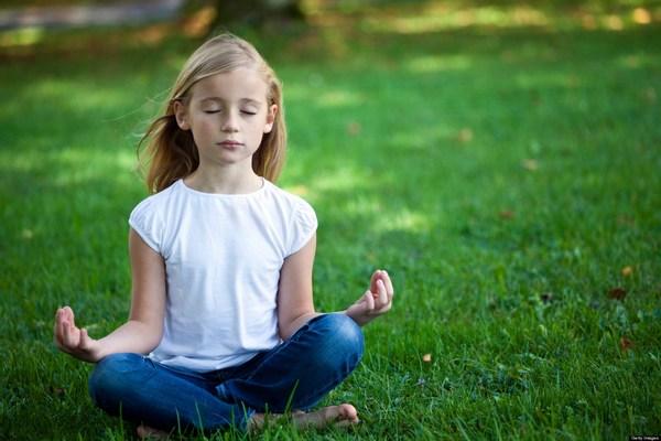 bambini meditazione a scuola
