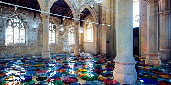 chiesa specchi arcobaleno