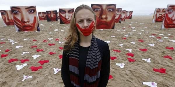mutandine e volti insanguinati sulla spiaggia di copacabana contro la violenza sulle donne foto greenme la violenza sulle donne