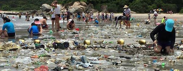 hong kong plastic trash tsunami full width 1020x395 copia