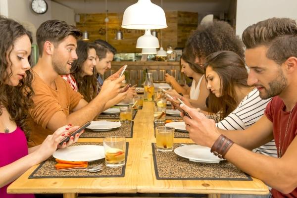 smartphone cellulare a tavola