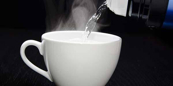 acqua calda benefici