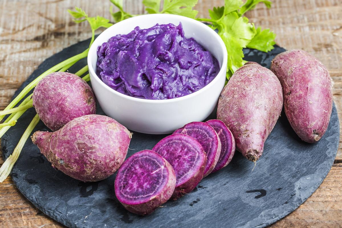 Patate Viola Le Fantastiche Proprieta Gli Usi E Le Ricette Per Cucinare Il Tubero Salva Salute Greenme