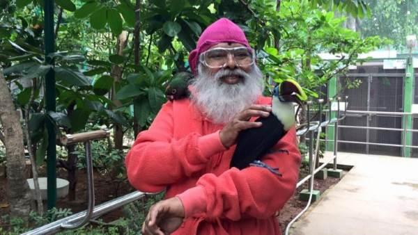 uomo che salva uccelli1