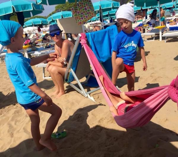 erica menini amaca in spiaggia