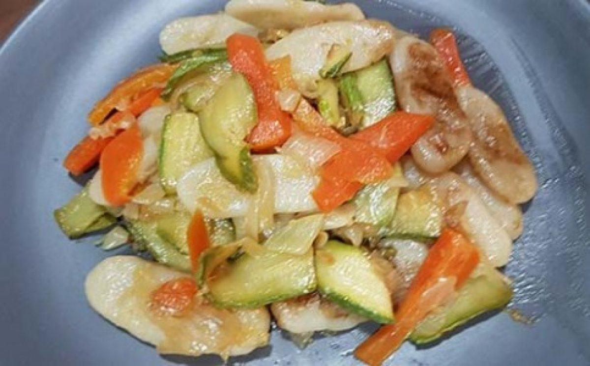 Ricetta Gnocchi Di Riso Cinesi.Gnocchi Di Riso Cinesi Con Carote Zucchine E Cipolla Greenme