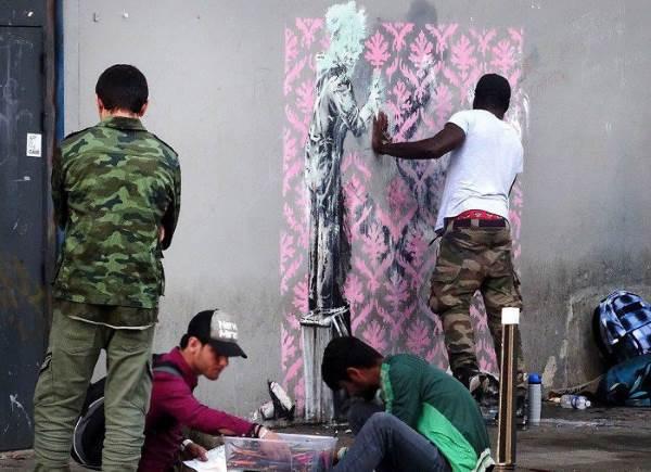 street art banksy parigi distrutto