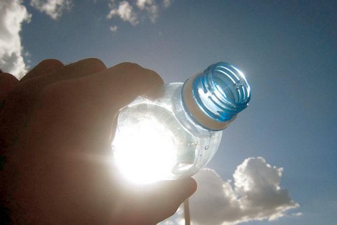 bottiglie d'acqua al sole