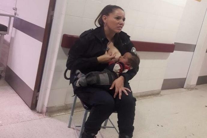 poliziotta allatta neonata