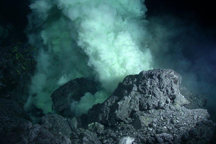 eruzione vulcano sottomarino