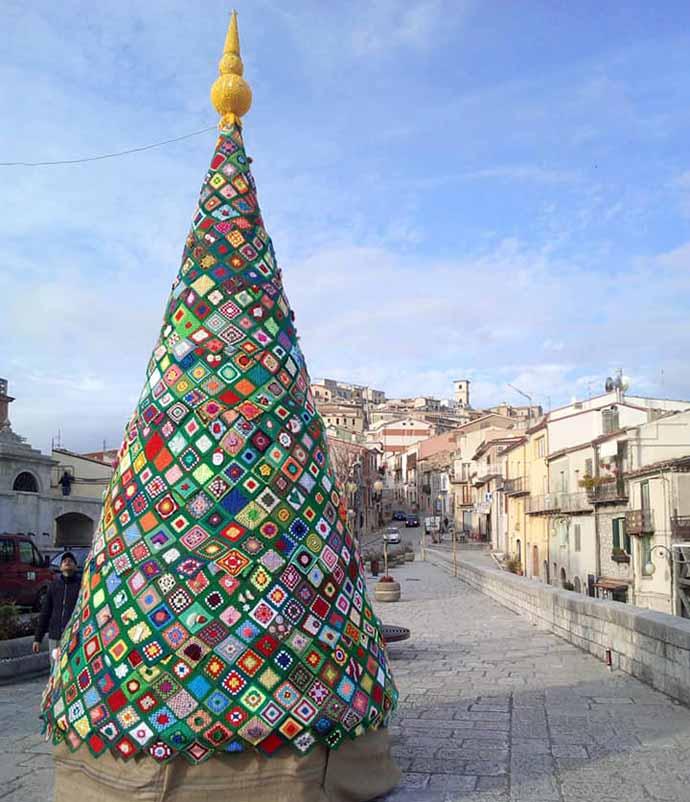 Regali Di Natale Alluncinetto.Il Coloratissimo Albero Di Natale Di Trivento Cb Realizzato