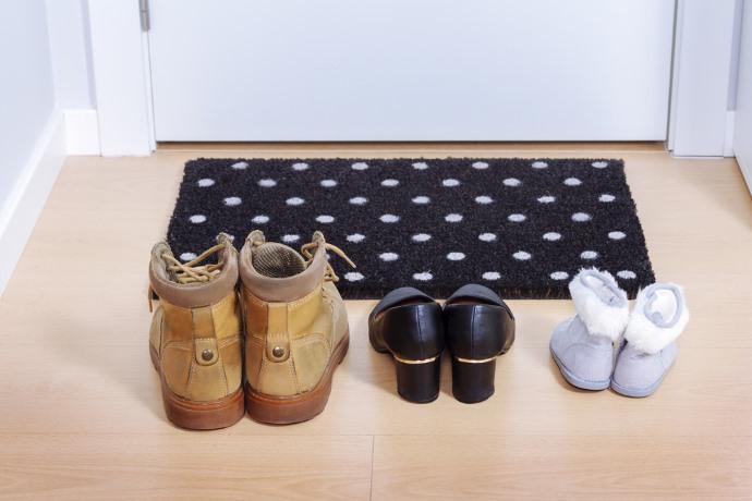 togliersi scarpe in casa