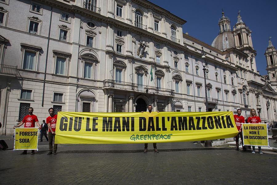 greenpeace blitz ambasciata brasiliana