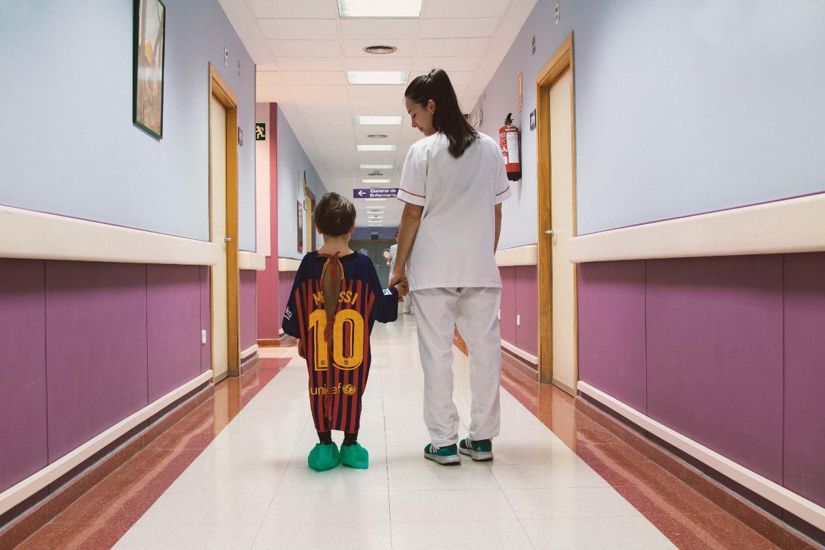 efe95054f Maglie dei giocatori preferiti diventano camici per far sentire meglio i  bimbi in ospedale