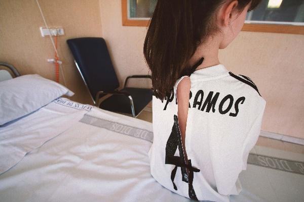 """10a76dff0 """"Ogni giorno, negli ospedali, molti bambini giocano una partita molto  difficile. Ecco perché abbiamo trasformato le camicie da calcio in camici  da ospedale, ..."""