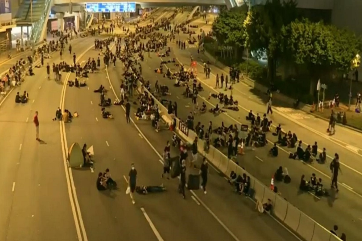 Manifestanti a Hong kong raccolgono i loro rifiuti