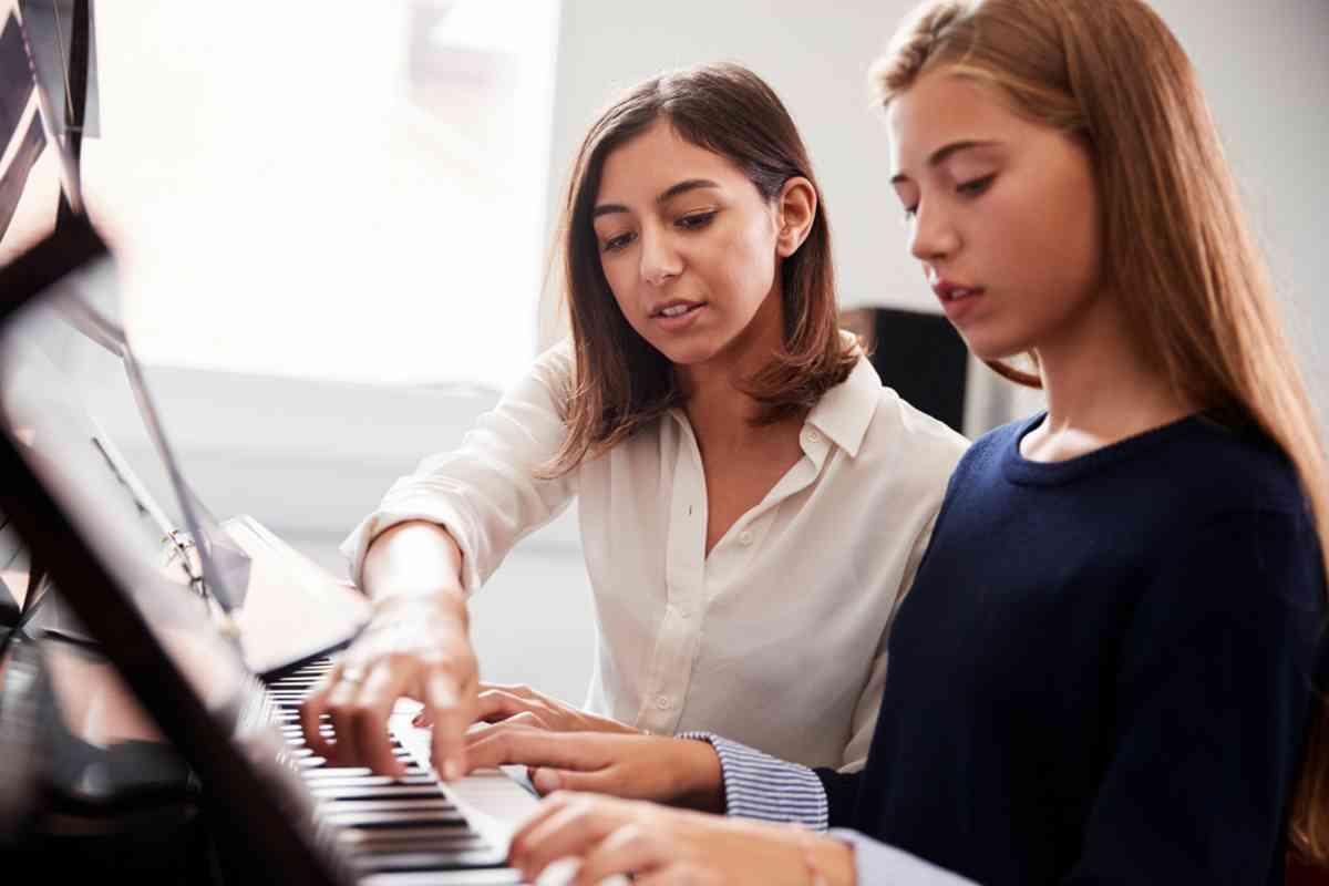 Ragazza suona il pianoforte