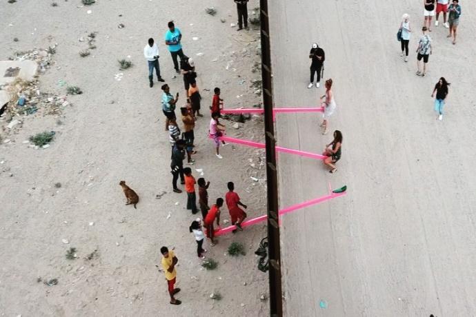Altalene rosa tra il muro tra Messico e USA