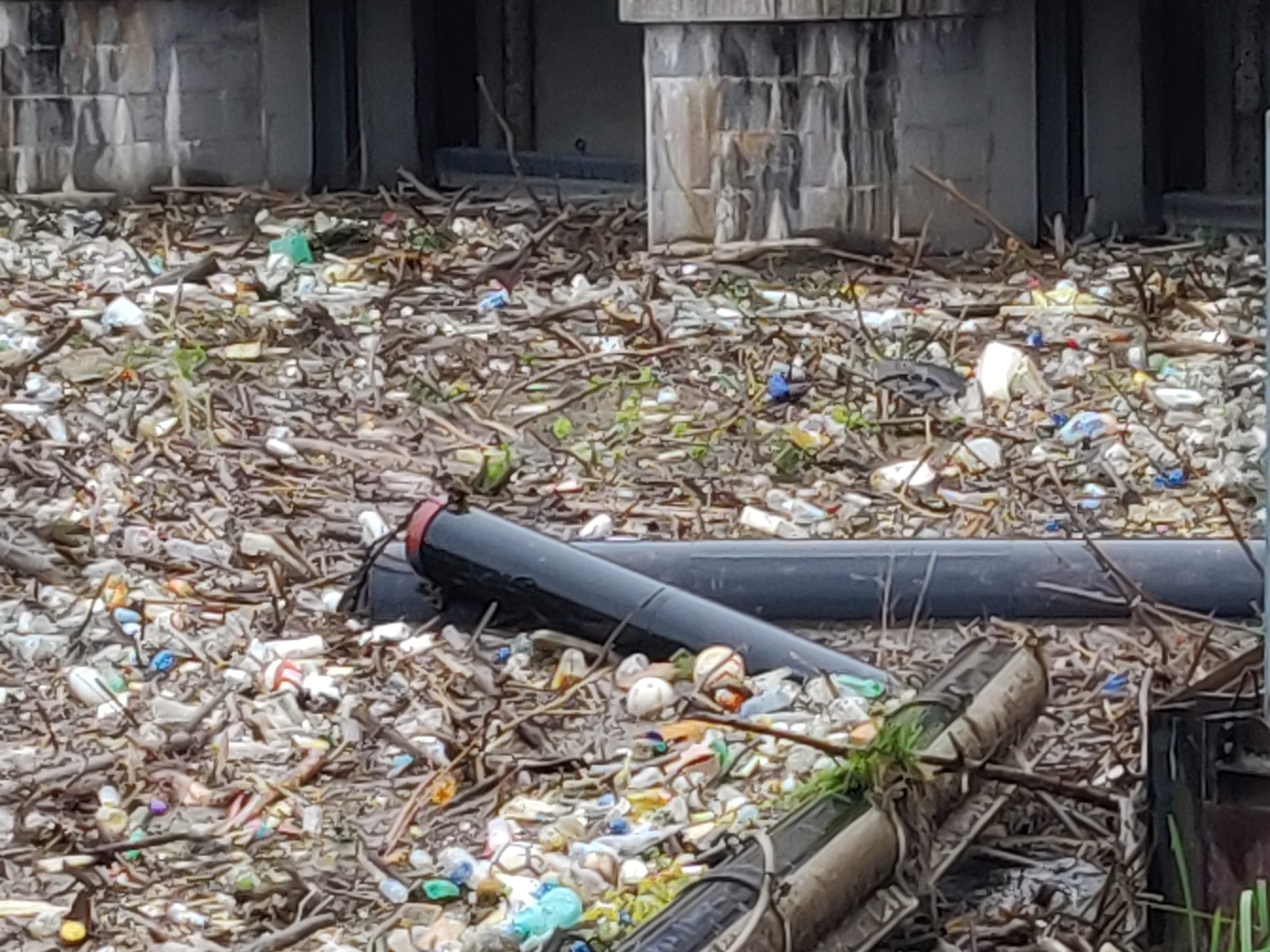 Plastica nel Naviglio padovano