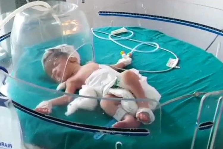 Bambina abbandonata in India