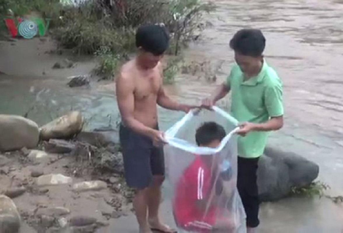 Bambini trasportati nei sacchetti