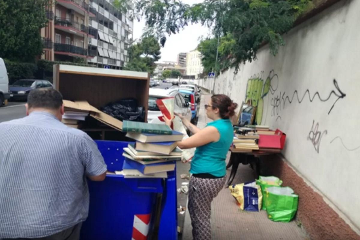 Cittadini salvano libri dai cassonetti