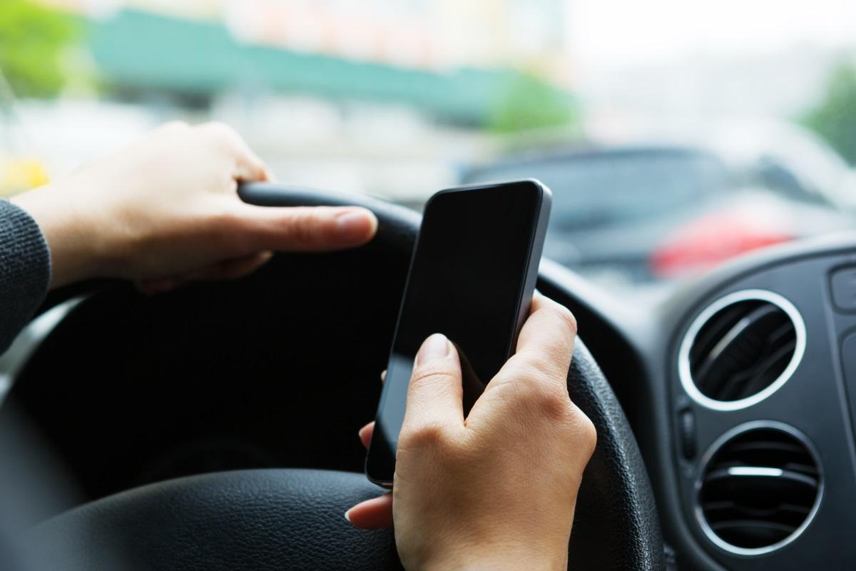Uso del cellulare vietato alla guida
